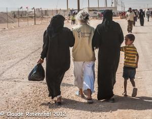 Deux femmes et un enfant syriens et une sage-femme de
